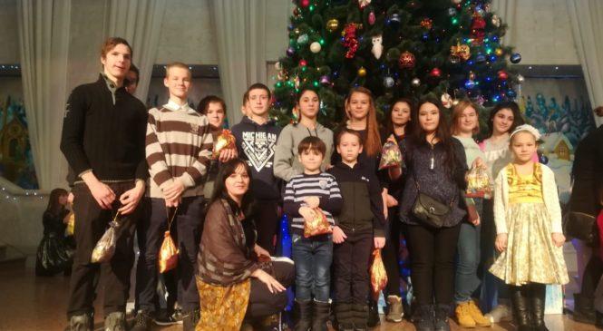 Клуб юных волонтеров и подопечные службы «Милосердие-на-Дону» посетили Митрополичью Рождественскую елку