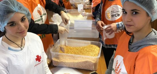 Приобщение детей к добру: фасуем народные обеды фонда «Русь»