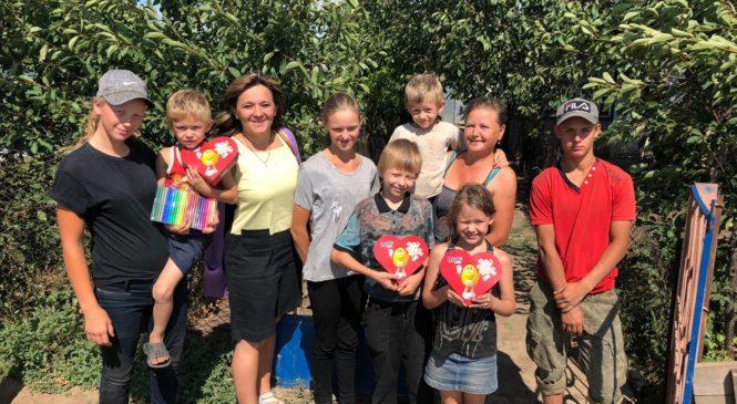 Сотрудники «Милосердия-на-ДОНУ» передали гуманитарную помощь многодетной семье из хутора Крутобережный Мартыновского района