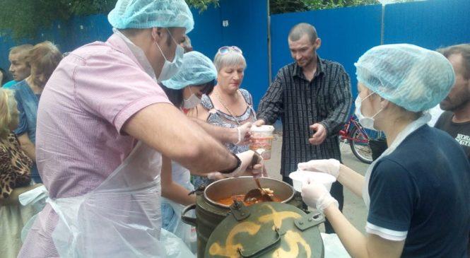 В Ростове добровольцы православной службы помощи «Милосердие-на-Дону» накормили бездомных и нуждающихся горячим обедом