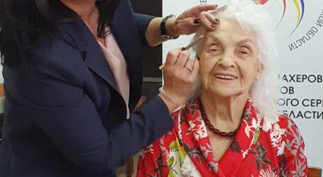 Мастера индустрии красоты встретились с пожилыми ростовчанами в центре «Мои года — моё богатство»